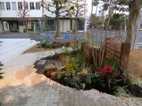 施工後 植栽時季は11月。11月30日のオープンを待ちます。