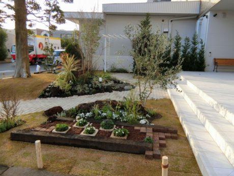 施工後 道路側はオープンに見通しよく。季節の草花を添えて。