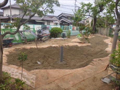 その上に砂を敷き・・